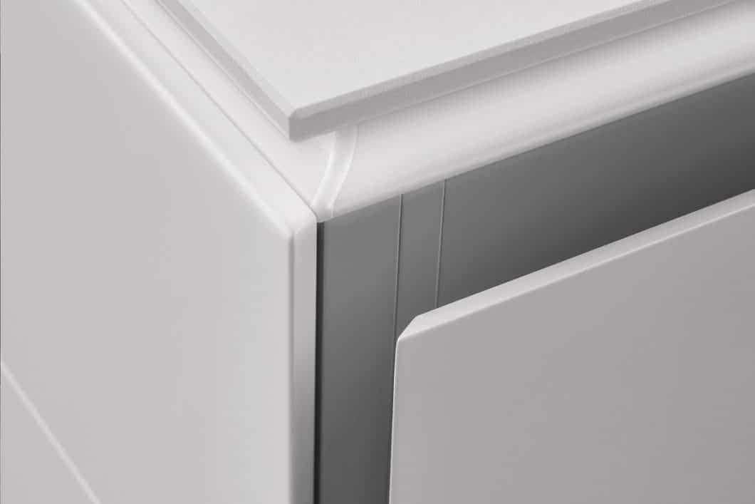 Besonderheiten des LEICHT Küchenprogramms sind die neue gefaste Kante im 45°C-Winkel, die das schräge Griffprofil und die Wange formbündig ineinander übergehen lässt. (Foto: LEICHT)