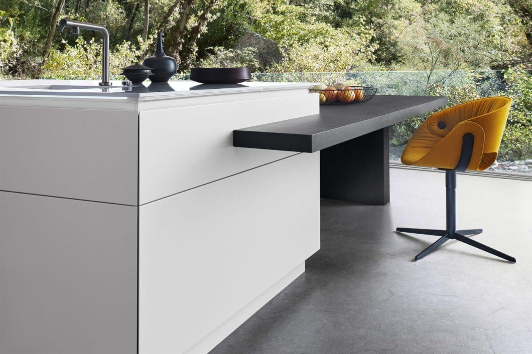 Weiß, Grau, Schwarz - und zwischen dem harmonischen Dreiklang hier und da ein angenehmer Farbtupfer: LEICHT gibt sich betont minimalistisch und kühl. (Foto: LEICHT)