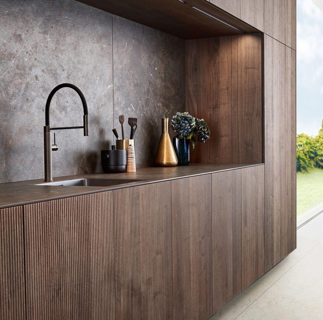 """Klassisch italienisch und mit traditionellem Möbelcharme in modernem Design lockt die Walnuss-Ausführung des Echtholzfurniers """"Bossa"""" von LEICHT. (Foto: LEICHT)"""