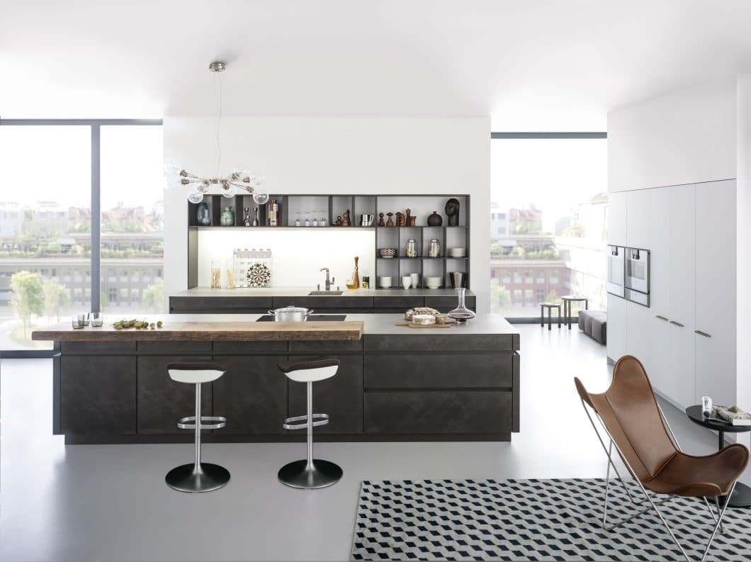 Beton in der Küche ist langlebig und sieht gut aus. Der Küchenraum bekommt so eine maximal individuelle Note. (Foto: LEICHT)