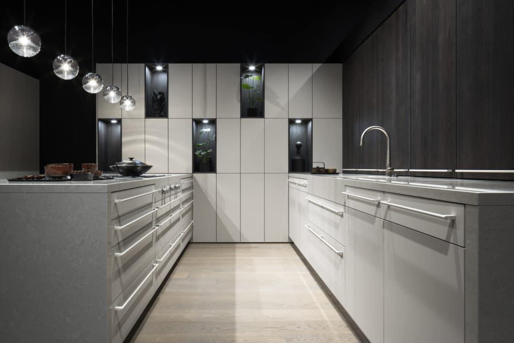 Die Materialien für 2020 sehen Supermattlack wie FENIX und Holz in gedeckten Grau- und Schwarztönen vor. Dennoch kann aber auch auf die Le Corbusier-Farbpalette zurückgegriffen werden. (Foto: LEICHT)