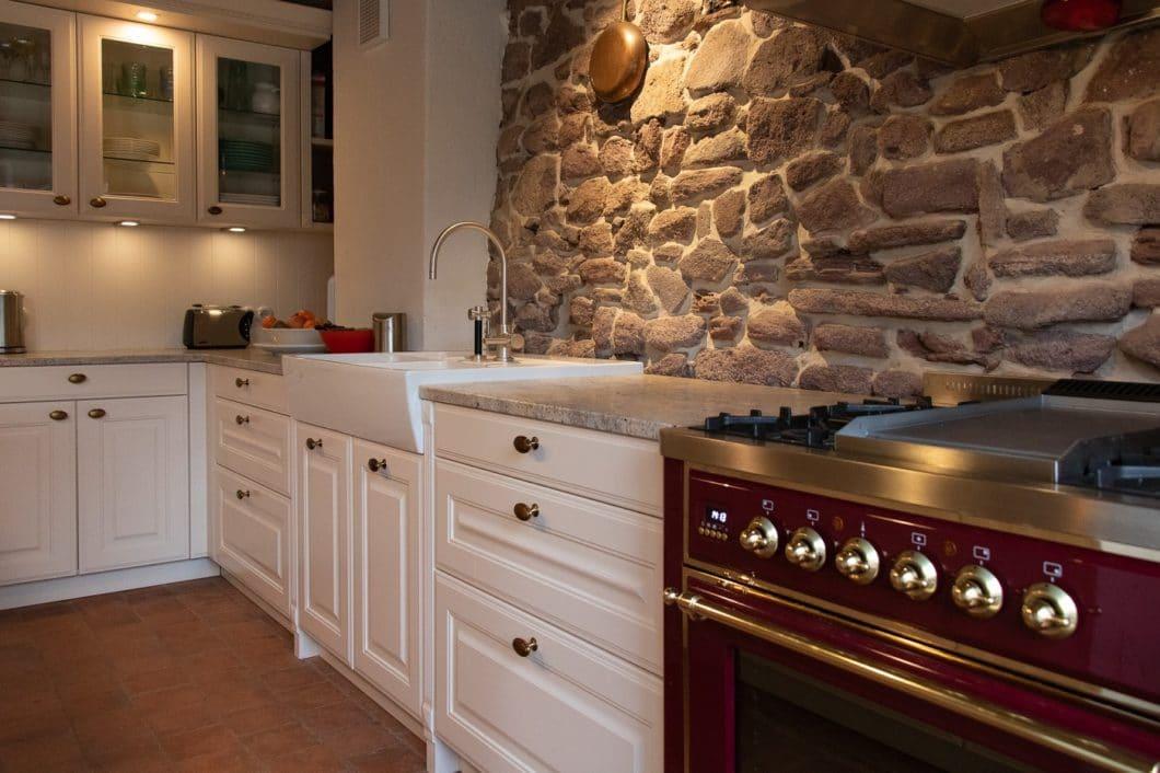 Historische Bausubstanz, moderne Küchenschränke mit traditionellen Elementen und hochwertige, klassisch amerikanische Küchengeräte wurden in dieser wohnlichen Landhausküche in Einklang gebracht. (Foto: Küchenhaus Süd)