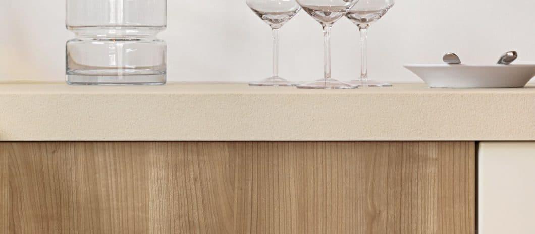 LEICHT bietet seinen Kunden eine Bandbreite an Materialien auf - wie hier das sehr hochwertige Quarz, aber auch Glas und sogar Fenix NTM als Arbeitsplattenmaterial. (Foto: LEICHT)
