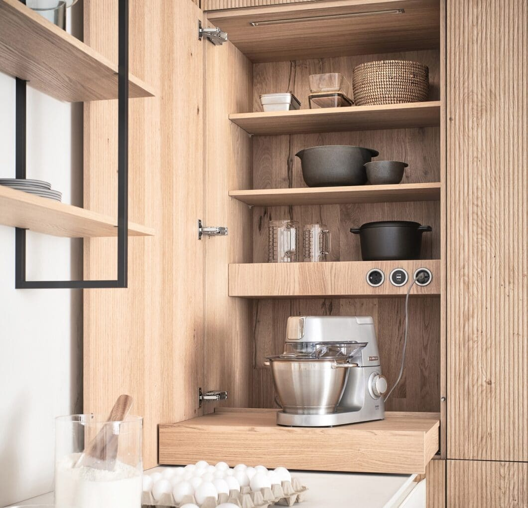 Der Tablarschrank ist eine kluge Lösung für Küchenkleingeräte, die sofort zum Arbeiten bereitstehen und dennoch verborgen aufbewahrt werden sollen. (Foto: LEICHT)