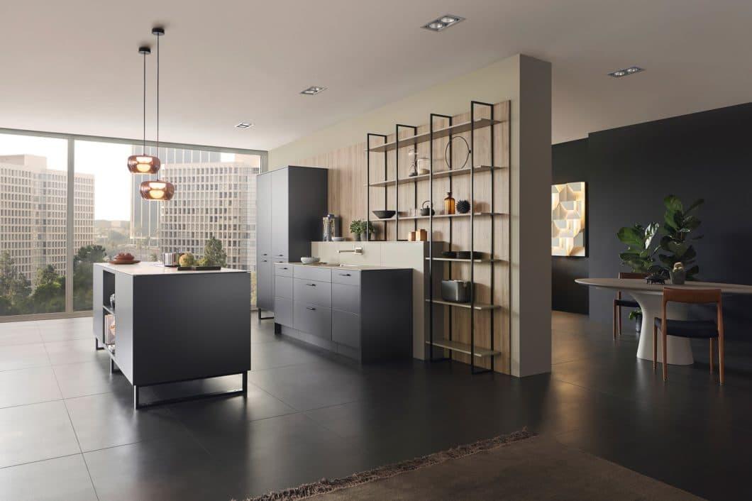 Mit der Oberfläche METEA bringt LEICHT eine matt glänzende Metallic-Front in die Küche, die sich perfekt in den urbanen Wohnraum einbinden lässt, ohne zu kühl zu wirken. (Foto: LEICHT)