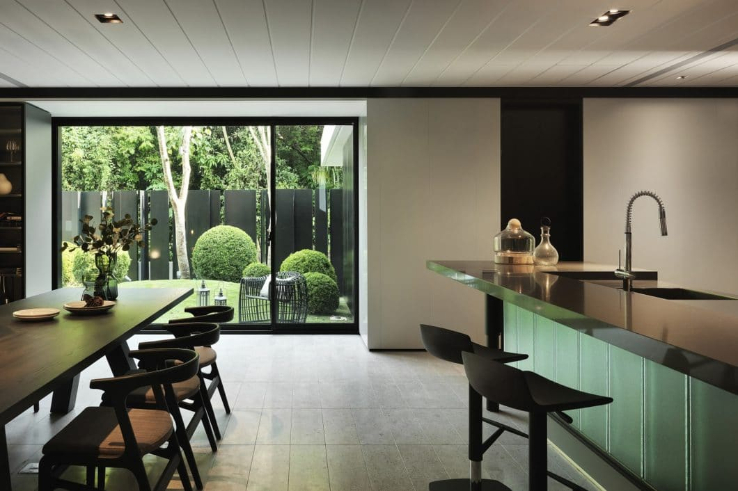 Der außergewöhnliche Bau dieses Hauses mit strengen geometrischen Formen sollte sich im Innersten widerspiegeln. LEICHT begegnete dem dunklen Interieur mit elektrisierend grünen Glasfronten, Schwarzstahl, Stein und Holz. (Foto: LEICHT/ Qimin Wu)