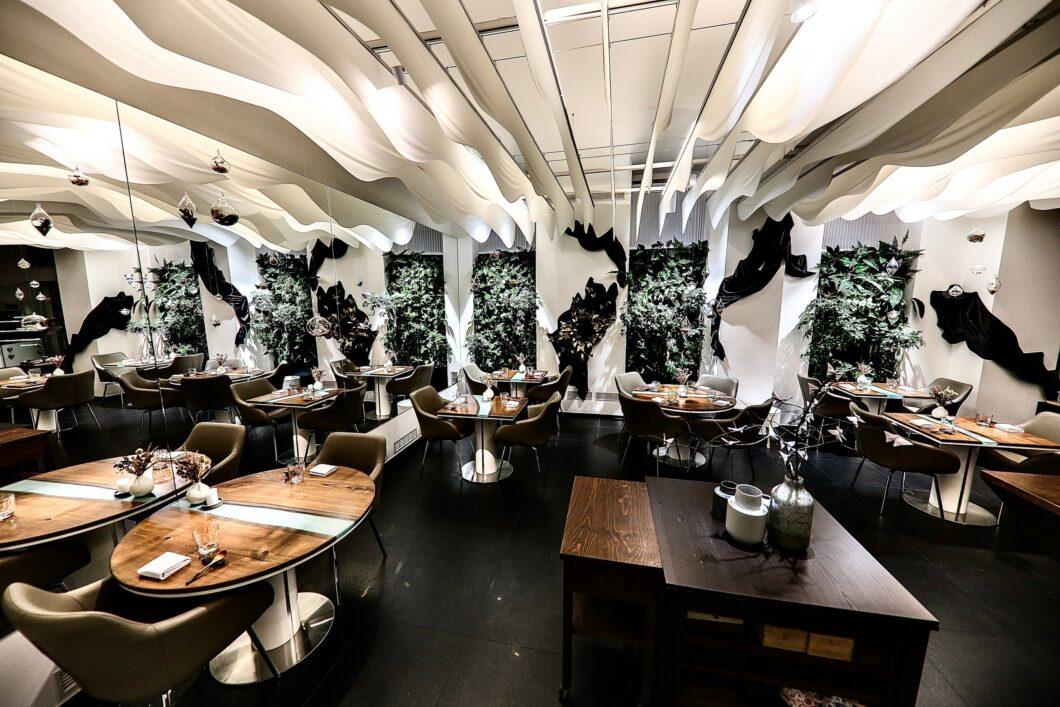 Restaurants in Tschechien: wilde Pflanzen und nobles Interieur im LEVITATE. (Foto: LEVITATE)