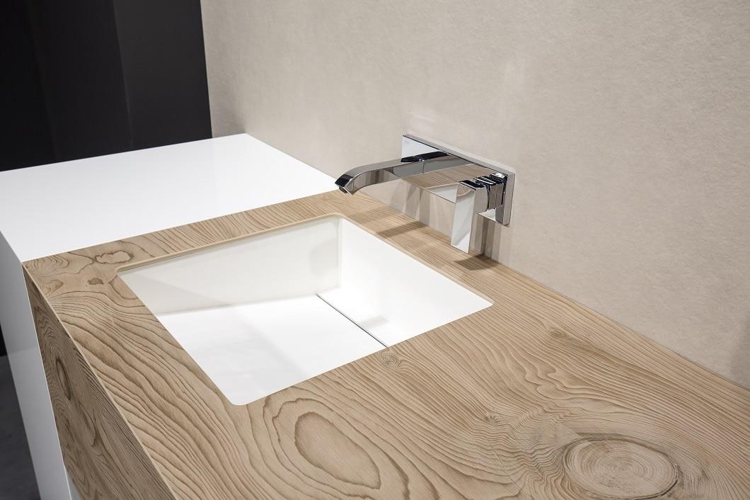 Eine Steinarbeitsplatte aus Holz lässt sich im Gegensatz zu herkömmlichem Holz sogar rund um die Spüle verlegen: Sie ist absolut wasserresistent. (Foto: TheSize)