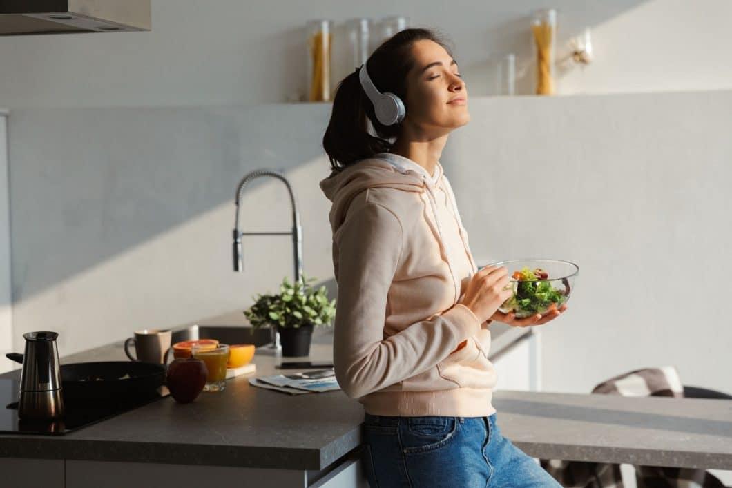 Offene Küchen sind ein fester Bestandteil vieler moderner Küchenplanungen. Dabei sollte jedoch auf Geräuschdämpfung von Schranktüren und Geräten geachtet werden. (Foto: stock)