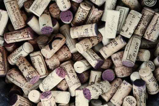 Rotwein hinterlässt aufgrund seiner Gerb- und Farbstoffe hartnäckige Flecken - nicht nur an Korken. Glasreiniger kann helfen. (Foto: Leeroy)
