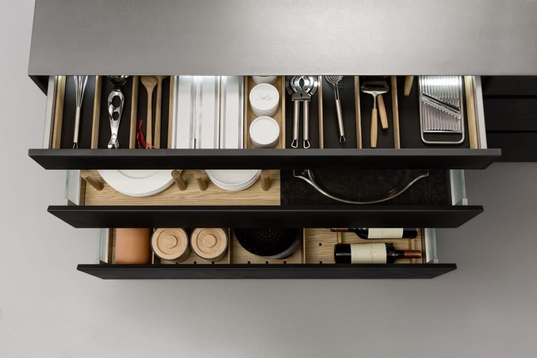 Alles im Griff und stets zur Hand: Smarte Innenraumlösungen für Küchenschubladen und Küchenschränke machen das Arbeiten in der Küche nicht nur angenehmer, sondern auch optisch schöner. (Foto: LEICHT)