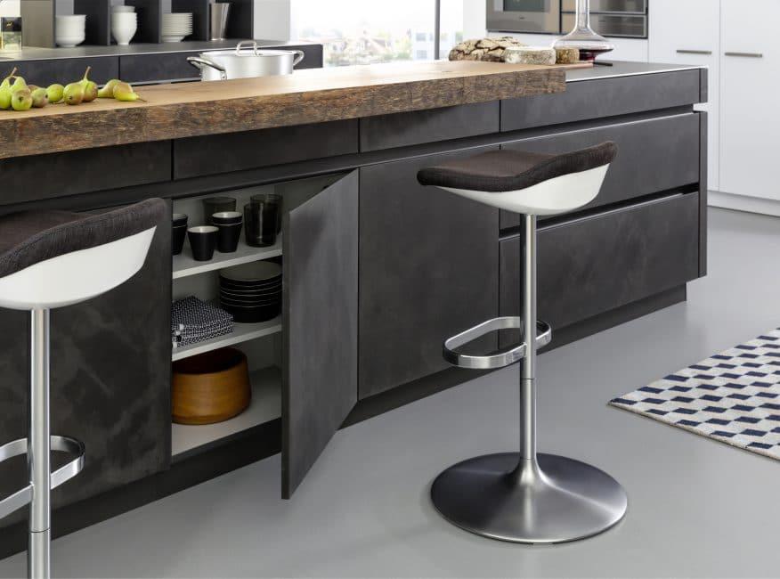 Die TOCCO-Modellserie mit dünnen Betonoberflächen und massiven Holzarbeitsplatten. Küche: Leicht