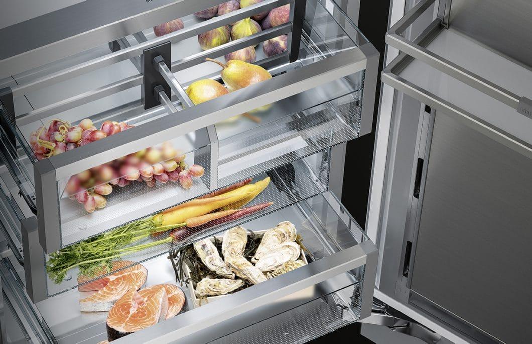 Die Kühlboxen können beim Liebherr Monolith mit eigenen Klimazonen bestückt werden, um in der Luftfeuchtigkeit zu variieren. So erhält jedes Lebensmittel die optimalen Lagerbedingungen. (Foto: Liebherr)