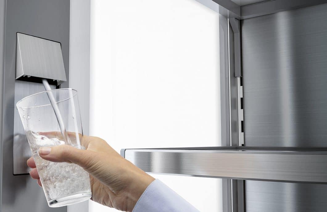 Der InfinitySpring im Liebherr Monolith ist ein integrierter Wasserspender, an dem problemlos Gefäße jeglicher Größe mit kühlem Wasser aufgefüllt werden können. (Foto: Liebherr)