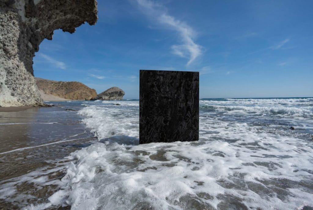 """""""Liquid Embers"""" (zu dt.: flüssige Glut) ist dem Erdboden unter dem Meer nachempfunden, in dem die flüssige Lava schwelt. (Foto: Cosentino, Credit: Alberto Rojas Baja)"""