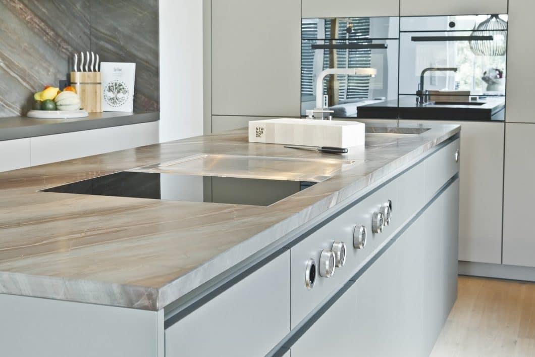 Wer auf hochwertige Materialien wie Stein, Mattlack oder HPL-Schichtstoff setzt, hat auch in vielen Jahren noch etwas von seiner Küche - und tut sich leichter mit der Pflege. (Foto: Dross & Schaffer selektionD)