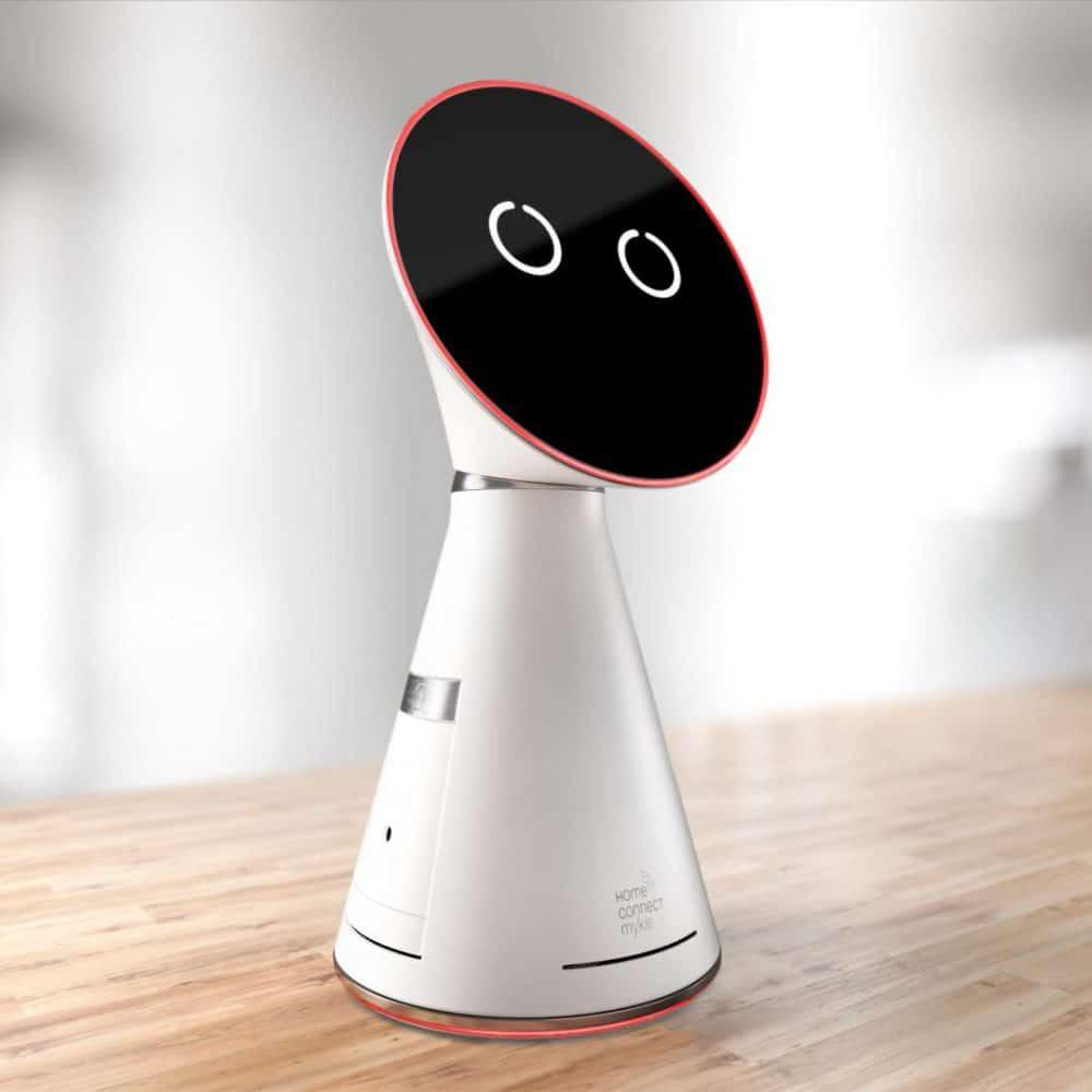 """Zukünftige smarte Küchenassistenten, wie hier """"MYKIE"""" von BSH Hausgeräte, sind momentan noch Prototypen oder aber extrem kostenintensiv. Bevor das Smart Home die Bandbreite an Kunden erfassen kann, dauert es also noch ein Stück. (Foto: BSH Hausgeräte)"""