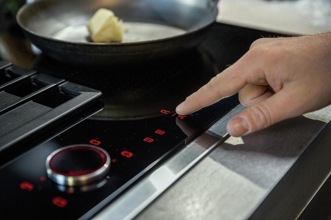 Ob mit integriertem Dunstabzug oder mit gängiger Haube: Die Steuerung des jeweiligen Dunstabzugs ist unkompliziert ins Kochfeld integriert, sodass sich der Koch nur auf eine Sache konzentrieren muss. (Foto: Neff)