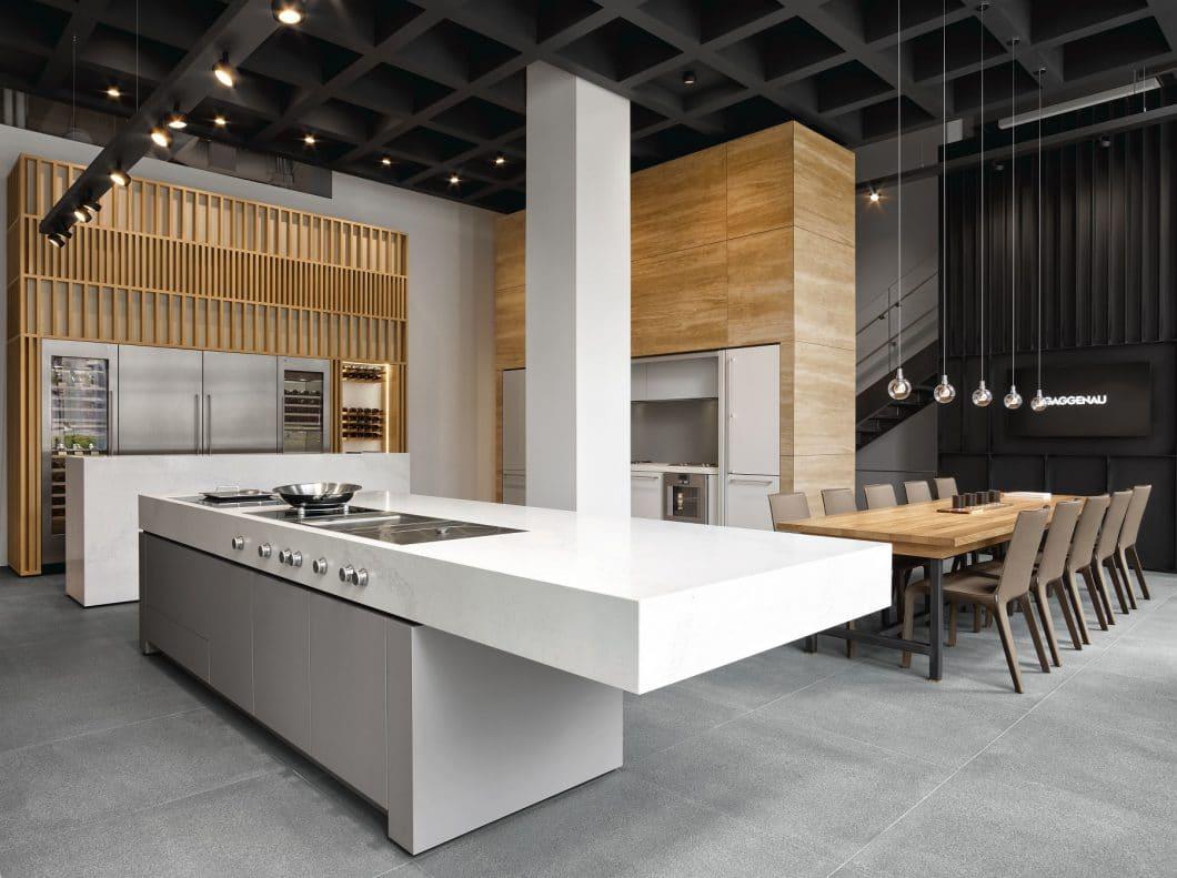 Ein Kochfeldabzug lässt den Blick auf einen harmonisch designten Küchenraum frei und integriert sich unauffällig in der Kücheninsel. Doch wieviel Platz lässt er dem Küchennutzer in den Schränken darunter? (Foto: Gaggenau)