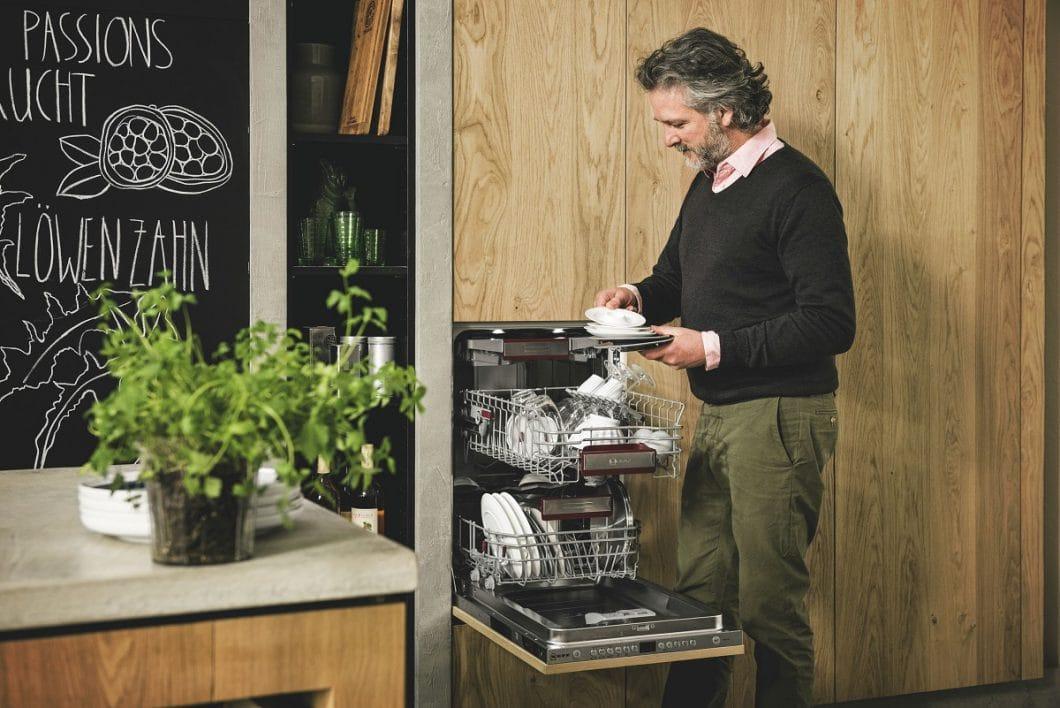 Den (Einbau-)Geschirrspüler kann man nun auch in einer smarten Breite von nur 45 cm wählen - dennoch passt in die flexiblen Ablagen viel hinein, das mit starken Programmen saubergespült werden kann. (Foto: Neff)