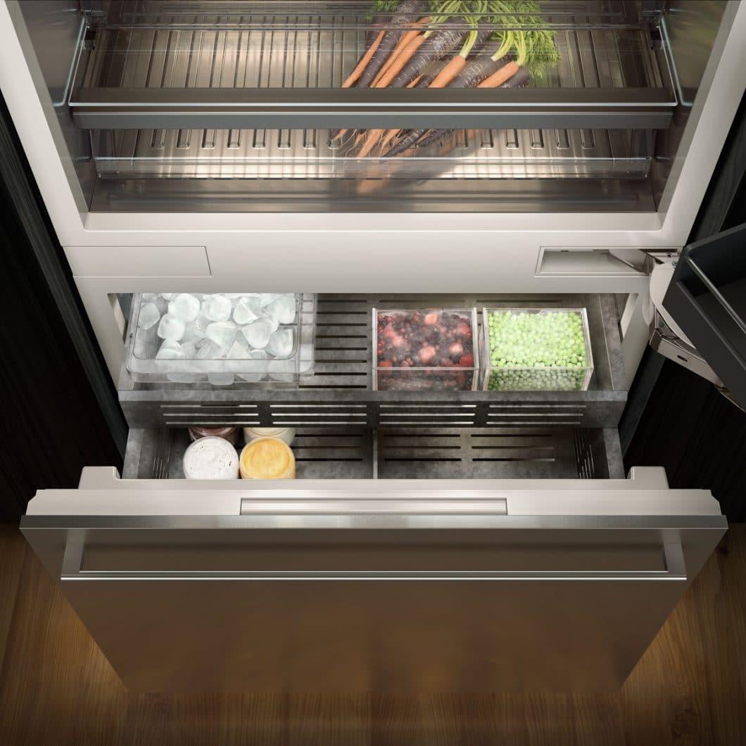 Die Innenräume der Kühlelemente in der neuen Gaggenau Vario Kühlgeräte-Serie 400 sind spektakulär aus eloxiertem Aluminium in dunklem Anthrazit gefertigt. (Foto: Gaggenau Hausgeräte)