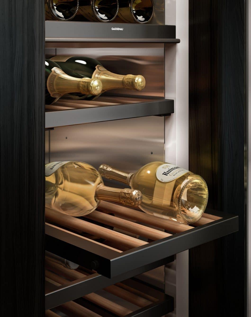 Die Weinklimaschränke der Gaggenau Vario Kühlgeräte-Serie 400 sind mit massiven Eichenholzstäben und 5 verschiedenen Beleuchtungsmodi ausgestattet. (Foto: Gaggenau Hausgeräte)
