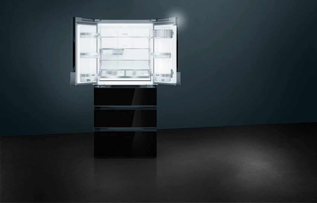 39 LEDs tauchen den Innenraum des Siemens French Door Kühlgeräts in tageshelles Licht. Von außen strahlt die hochglänzende, schwarze Glasfront. Die luxuriöse Hochwertigkeit des Geräts ist somit, bei jeder Betrachtung, deutlich erkennbar. (Foto: Siemens)