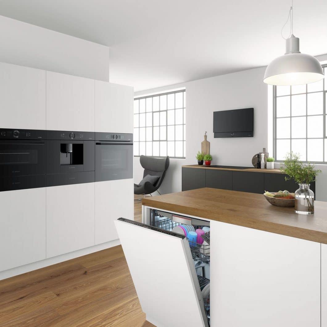 Bosch accent line carbon black bedeutet Luxus, Stil und Purismus - sowohl im Design als auch in der Funktion. Die besonders einheitliche Erscheinung der Geräte fügt sich nahtlos und stilvoll in vorhandene Küchenmöbel ein und verleiht dem Küchenraum einen urbanen Anklang. (Foto: Bosch)