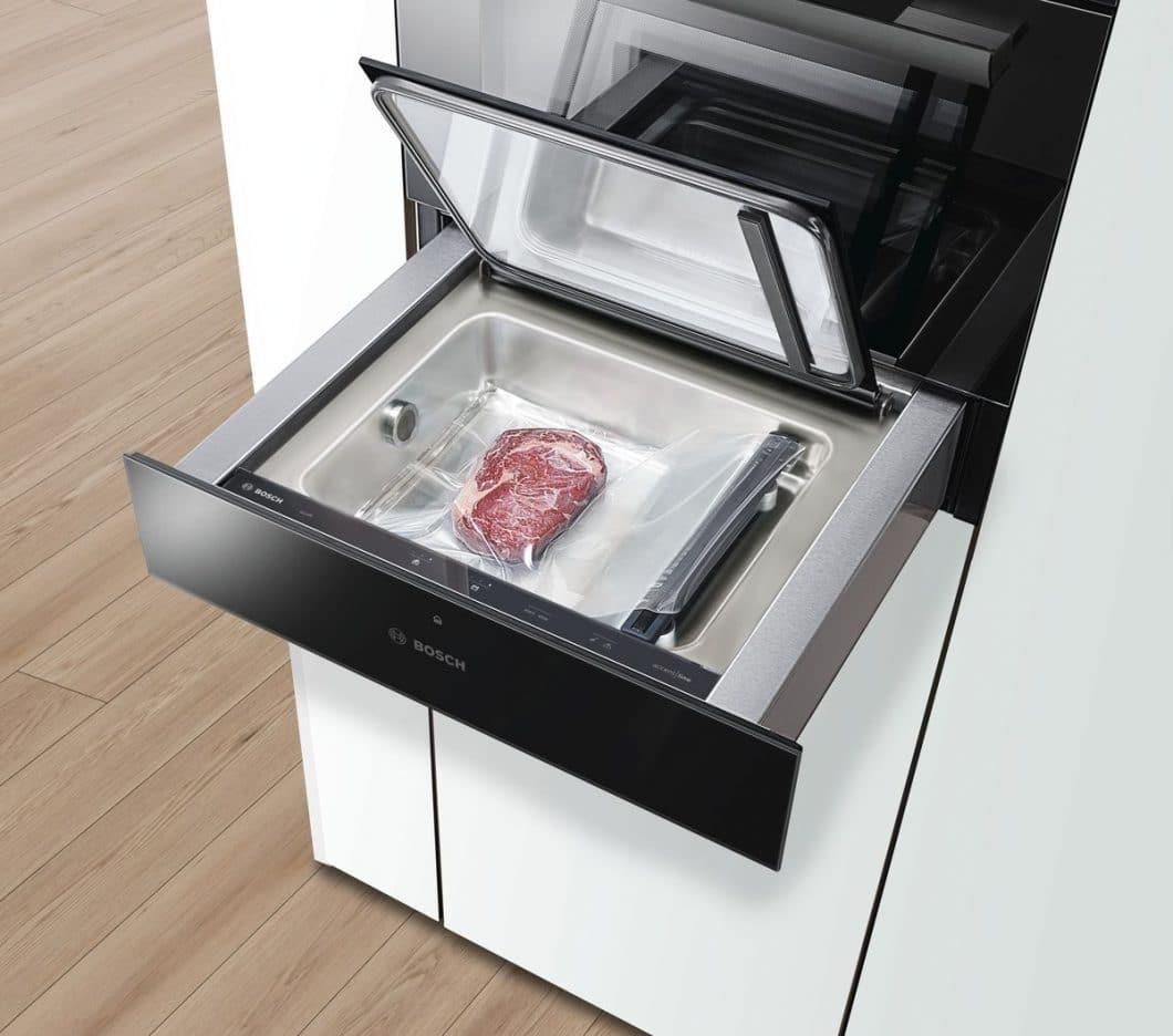 Ein Highlight im Highlight: Die Sous-Vide-Schublade von Bosch ist neu auf dem Markt und stellt bereits bald ein kompaktes Teil der Bosch accent line carbon black-Kollektion dar. Das aromatische Ergebnis, welches durch den Prozess des Sous-Vide-Garens erreicht werden kann, ist so einzigartig wie die Gesamtheit der neuen accent line. (Foto: Bosch)
