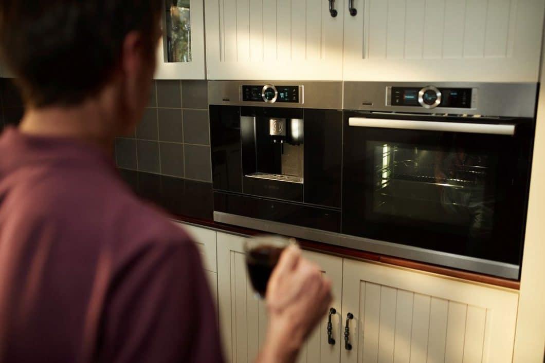 Wake Up #LikeaBosch? Funktioniert mit dem integrierten Kaffeevollautomaten, der Einstellungen zu Temperatur, Mahlgrad und Röstaromen speichert und auf Knopfdruck ausspuckt. (Foto: Bosch Hausgeräte)