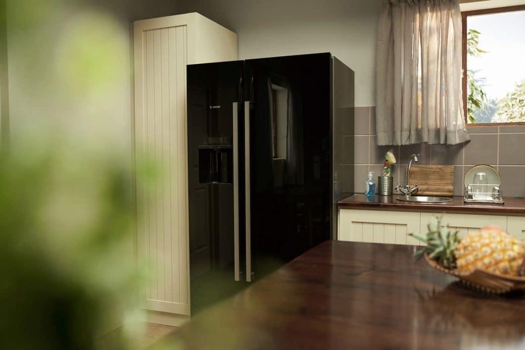 Cool #LikeaBosch: mit den vernetzten Bosch-Kühlschränken lässt sich künftig per Klick ein Foto auslösen, das von einer der beiden Kameras ausgeführt wird und einen Blick auf den Kühlschrankinhalt vermittelt. (Foto: Bosch Hausgeräte)