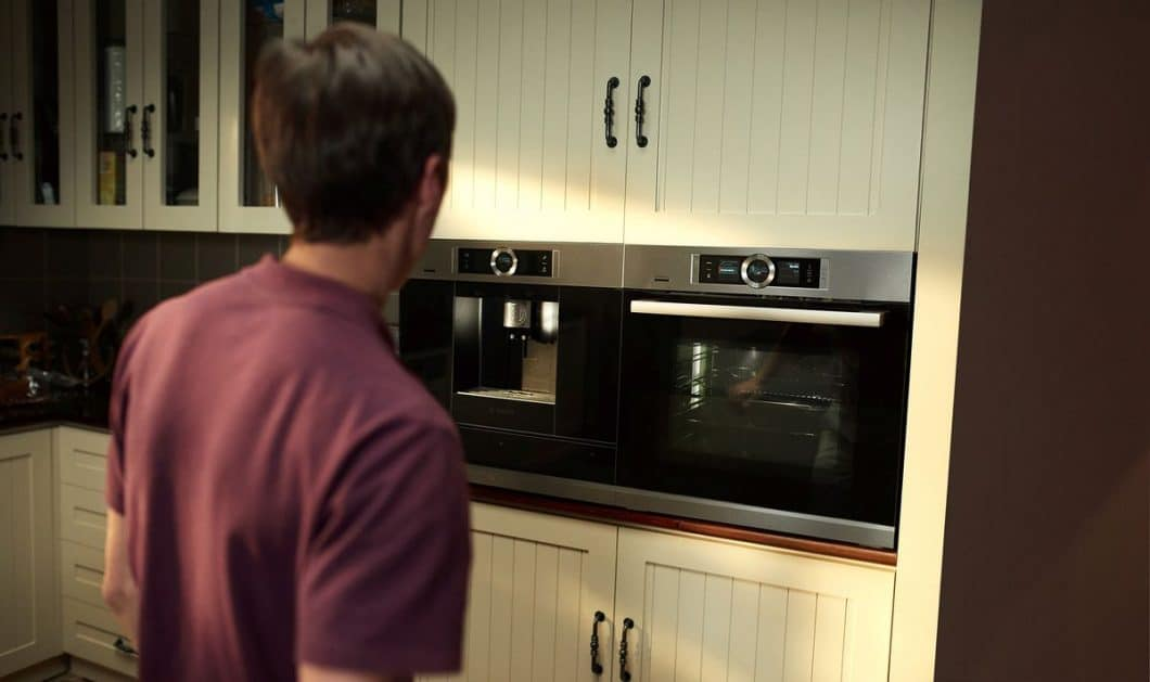 Smart Backen? Das funktioniert ebenfalls über die Home Connect-App: so lässt sich der Backofen bereits aus der Ferne vorheizen oder stellt sich in Temperatur und Zeitablauf automatisch auf das Rezept aus der Datenbank ein. (Foto: Bosch Hausgeräte)