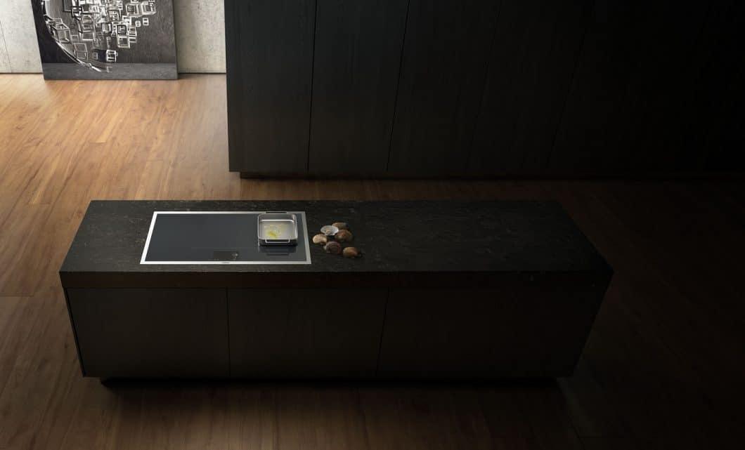 Das Gaggenau Vollflächeninduktionskochfeld überzeugt nicht nur mit hochprofessionellen Funktionen, sondern auch einem äußerst ästhetischen Auftritt. Die Variante mit Edelstahlrahmen knüpft an weitere Gaggenau Kochgeräte der Vario Serie 400 an. (Foto: Gaggenau)