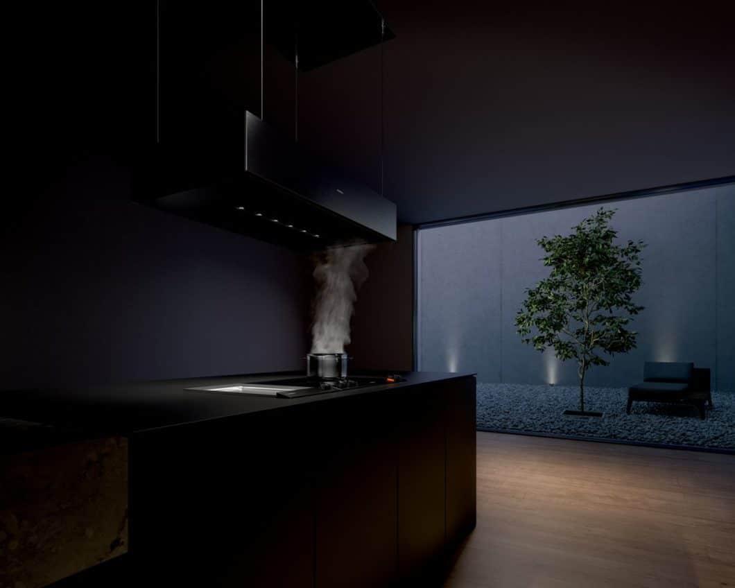 Ästhetisch und anspruchsvoll: der freihängende Deckenlüfter setzt ganz klar ein Design-Statement im Küchenraum. (Foto: Gaggenau)