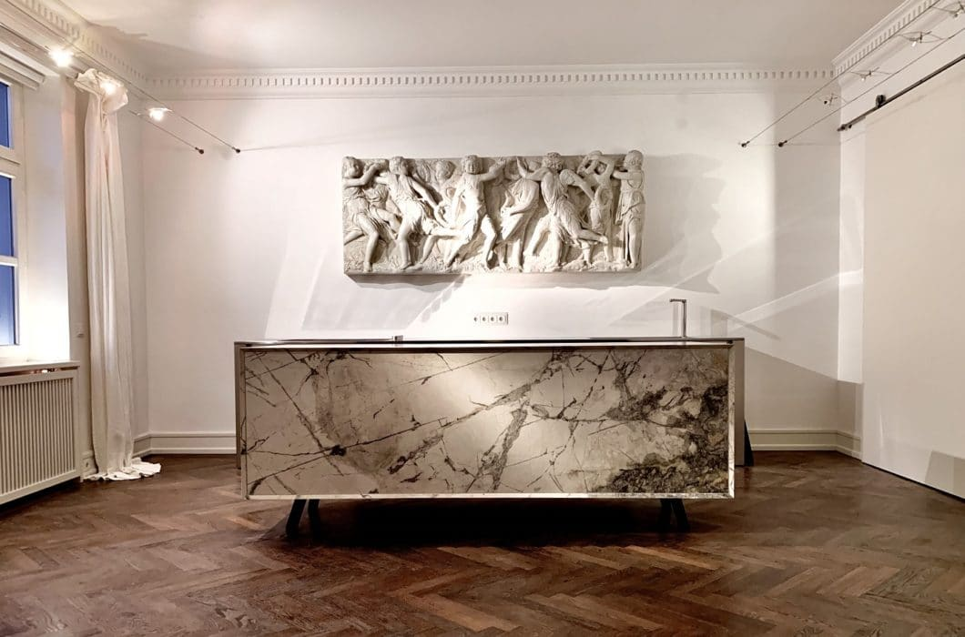 Marmor wird noch heute gern mit dem aristokratischen Anspruch der Antike in Wohnräumen verbaut. Mittlerweile haben sich die Erwartungen an das Material aber um ein Vielfaches erhöht. (Foto: MCR)