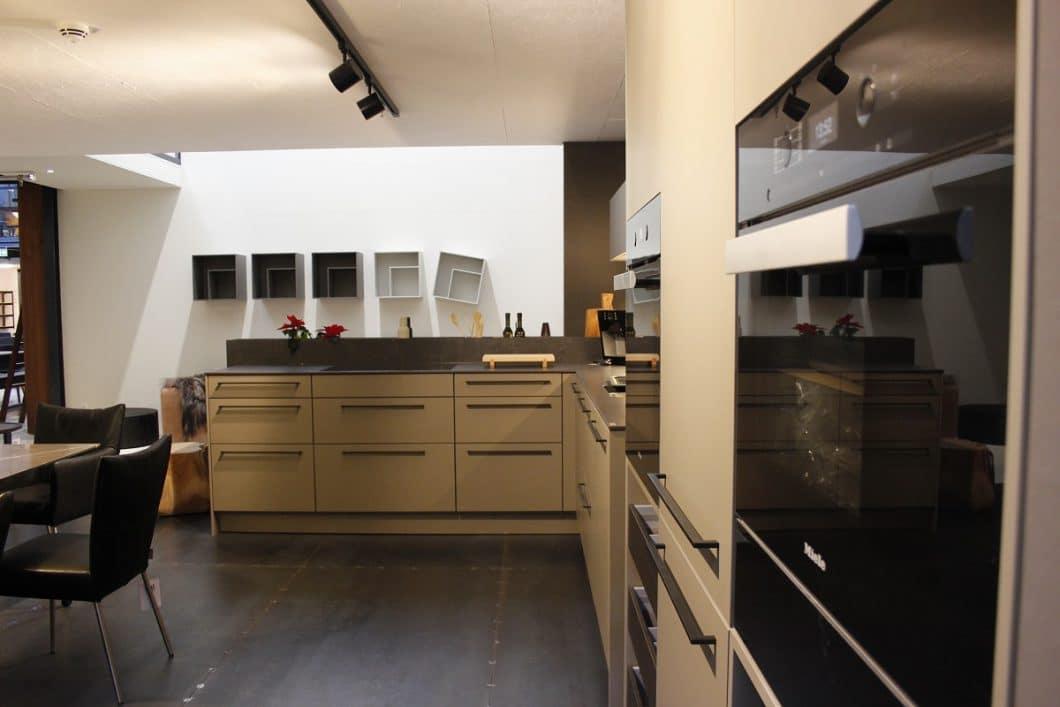Die Küchen, wie hier die SieMatic Classic, werden in wohnlichen Räumen präsentiert und mit hochwertigen Geräten ausgestattet - und zwar nach Gusto des Herstellers selbst. (Foto: Scheffer)
