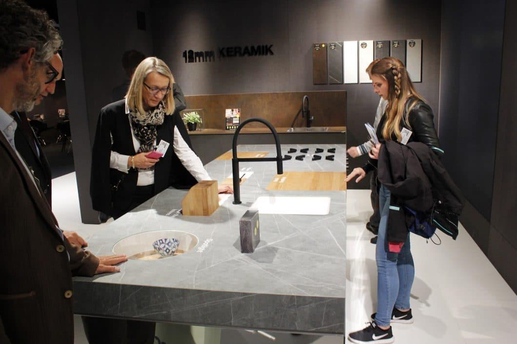 """Die """"bed and breakfast""""-Schublade (rechte Seite der Arbeitsplatte) ist aufklappbar und dient als Stauraum für Brot und Brötchen. (Foto: Scheffer)"""