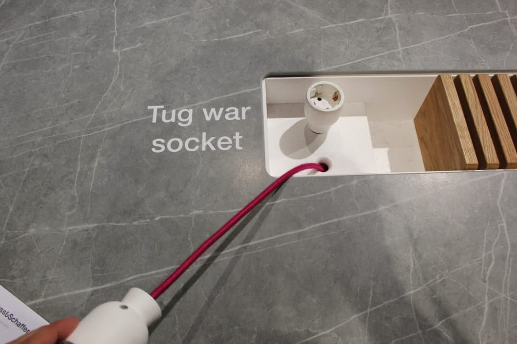 Originelle Ideen für die Arbeitsplatte aus dem Hause Lechner: Diese Steckdose lässt sich flexibel überall hinbewegen auf der Oberfläche der Kücheninsel. (Foto: Scheffer)