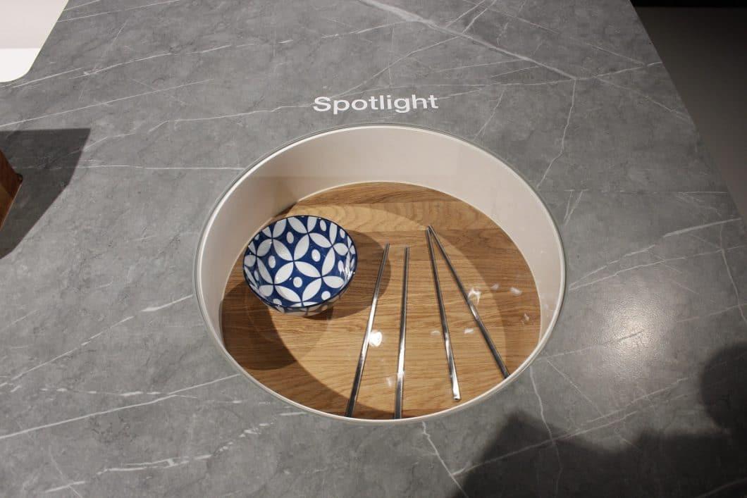"""Mit """"Spotlight"""" wird die Arbeitsplatte zur kreativen Vitrine in der Küchenmitte. (Foto: Scheffer)"""