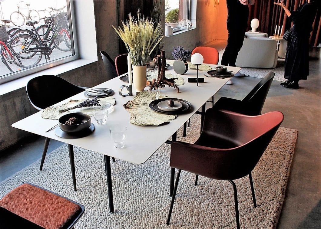 Eine elegant gedeckte Tafel mit Hang zu Minimalismus und Natur: Menu lädt zum perfekten Dinner. (Foto: Susanne Scheffer)