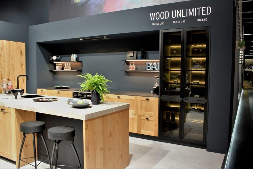 """""""Wood Unlimited"""" gibt es bei Rotpunkt, beispielsweise hier mit der """"New Forest Oak""""-Eichenfassung, die zu Schwarzstahl kombiniert wird. (Foto: Susanne Scheffer)"""