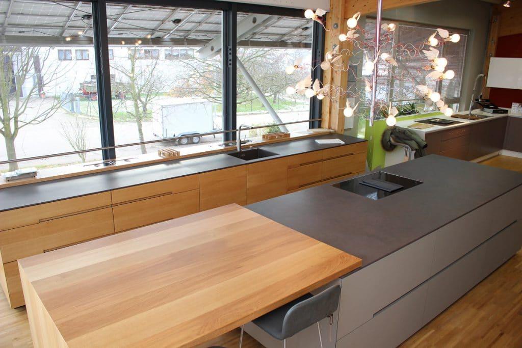 Maßgeschneiderte Anrichten, deren Schubladen auf die persönlichen Bedürfnisse ausgerichtet sind, oder Esstische, die sich an die Kücheninsel angliedern: Mit Manufakturen lassen sich individuelle Vorlieben in einer hochwertigen Küche komfortabel umsetzen. (Foto: Planung + Manufaktur Fuchs)