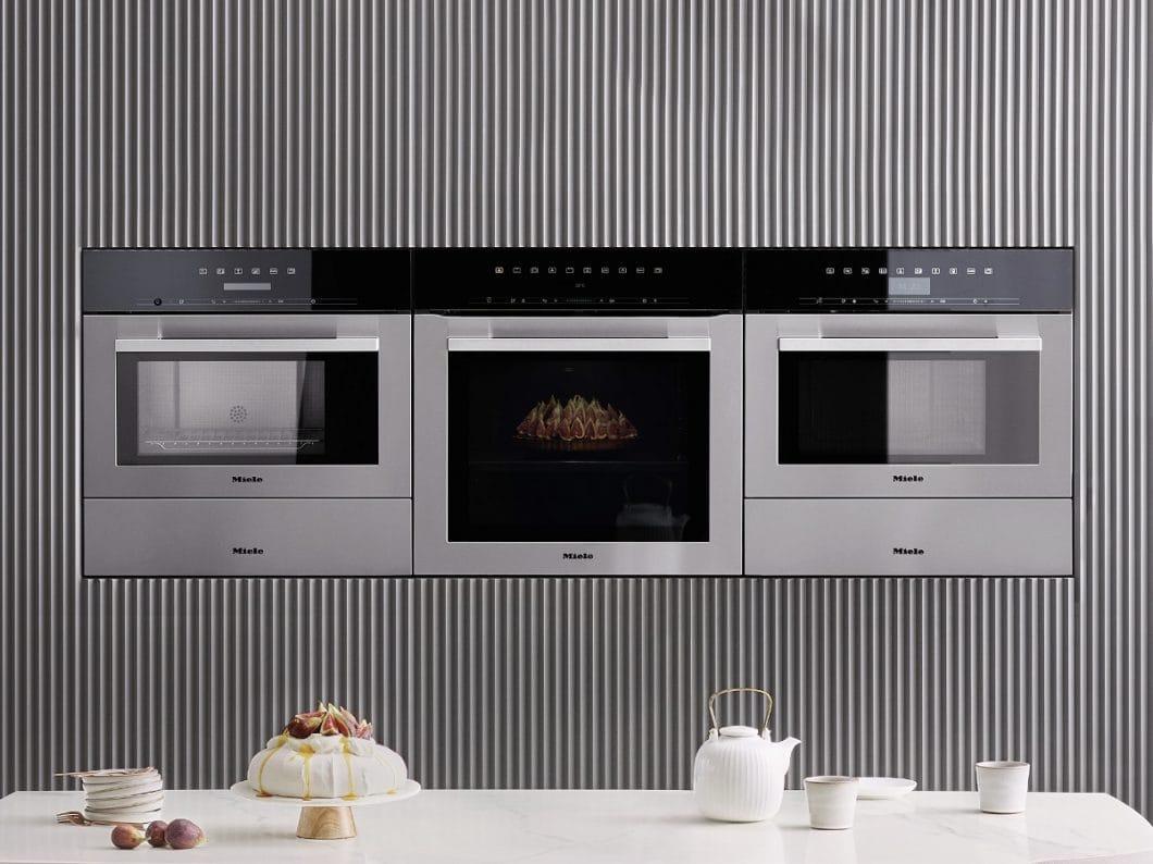 Ein breiter Edelstahlrahmen und Metallgriff heben die Technik der ContourLine in der Küche bewusst hervor. (Foto: Miele)