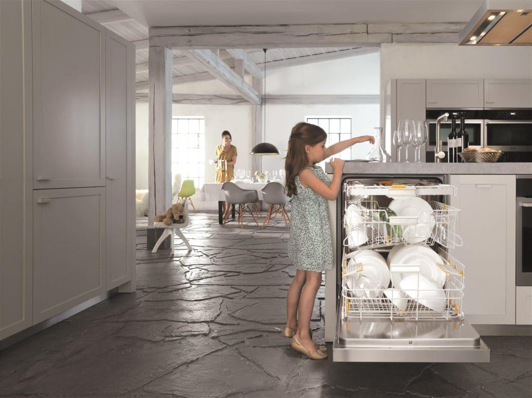 Besonders bei Geschirrspülern lässt sich nachhaltig agieren: achten Sie auf die Zusammensetzung der Tabs, den Spülmodus und die Verbrauchszahlen für Wasser und Energie. (Foto: Miele EcoFlex)