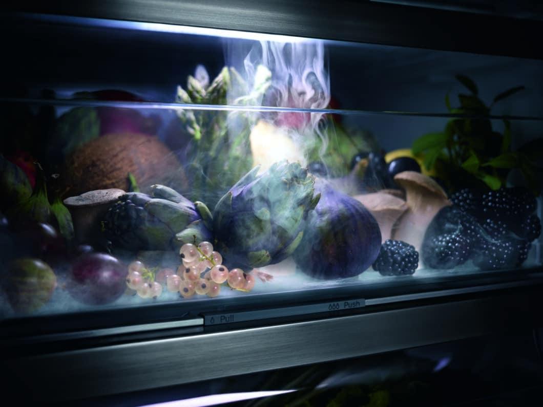 Mit einem feinen Sprühnebel soll Obst und Gemüse künftig im Miele K 7000-Kühlschrank befeuchtet und somit länger haltbar gemacht werden. (Foto: Miele)