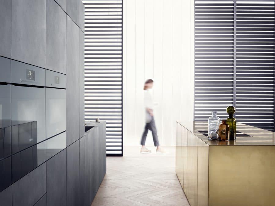 """Der Genusskocher ist der größte Gourmet der 4 Kochtypen: Er legt großen Wert auf hochwertige Oberflächen, die neueste Technik und eine Küche als """"Showroom"""". (Foto: Miele)"""