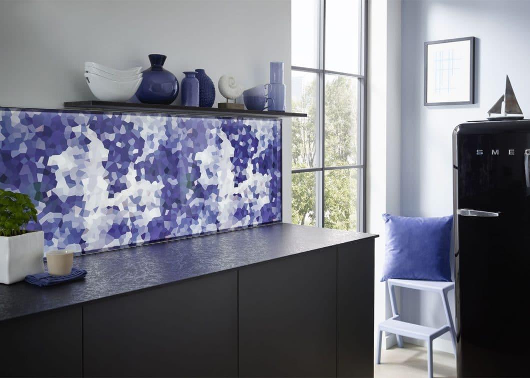 Durch modernste LED-Technologie fungieren die kreativen Küchenrückwände geleichzeitig als eindrucksvolle Lichtquelle. Helligkeit, Temperatur und Farbe des Lichts sind über eine Fernbedienung stufenlos steuerbar. (Foto: Lechner)