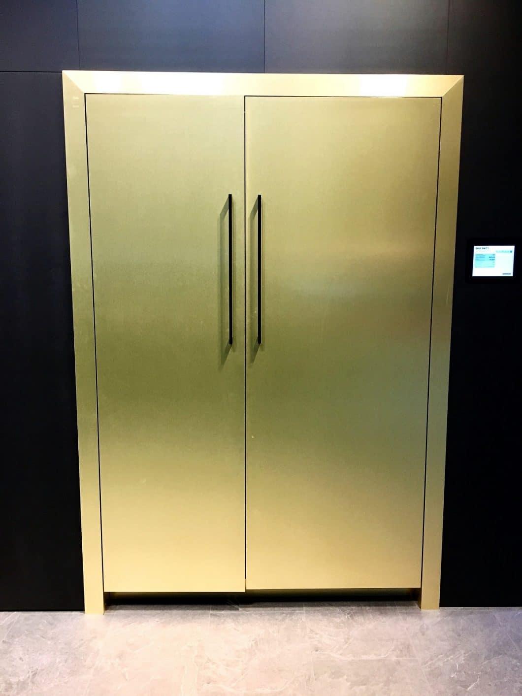 Imposant und definitiv ein optischer Magnet: Der messingverkleidete Liebherr Monollith-Kühlschrank wurde auf der EuroCucina erstmals dem europäischen Publikum vorgestellt. (Foto: Scheffer)