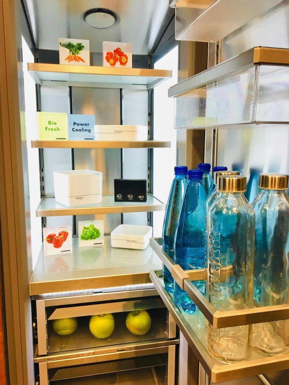 Das Innere des Liebherr Monolith-Kühlschranks offenbart ebenso Luxus wie das vielversprechende Äußere. Dank einer rundherum zirkulierenden Kühlung kann nun auch jedes Lebensmittel in der Seitentür fachgerecht gekühlt werden. (Foto: Scheffer)