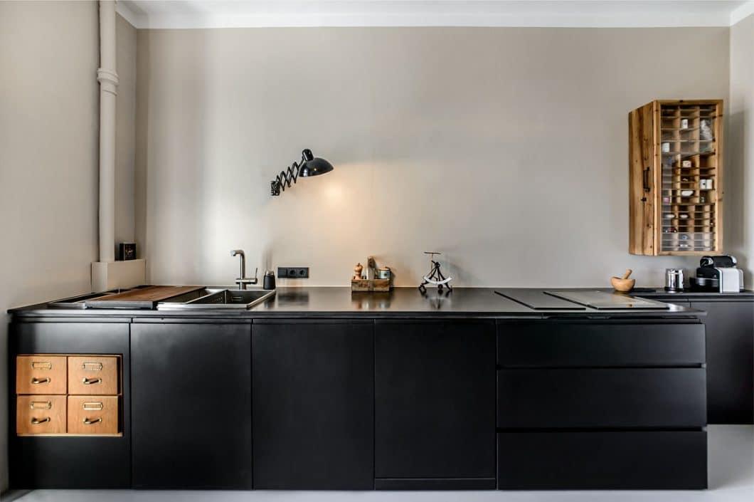 Eine Küche im Altbau ist schwieriger zu planen, als man denkt: Die kohlrabenschwarzen MDF-Platten mussten dort vor Ort zusammengebaut werden. (Foto: Ludwig 6)